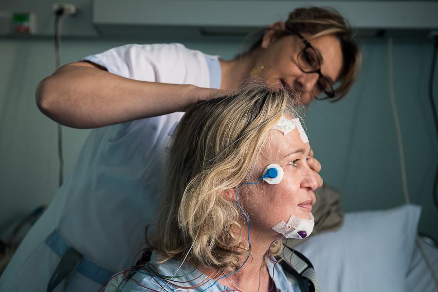 Des capteurs tracent l'activité électrique du cerveau de la patiente. ©Amélie Laurin