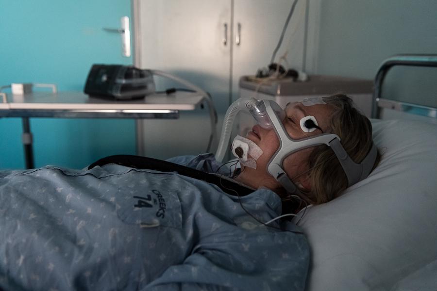 L'activité oculaire de la patiente, son rythme respiratoire, son atonie musculaire sont mesurées. ©Amélie Laurin