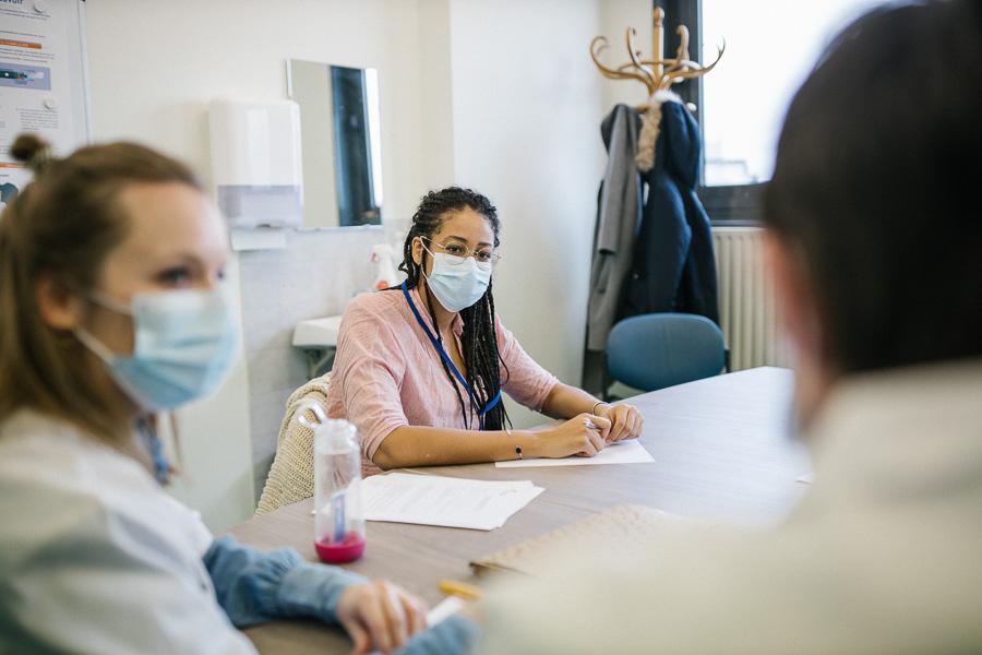 Etudiante en médecine, Awa Mallet a appris grâce aux patients-experts ce qu'est une addiction.©Laurence Geai