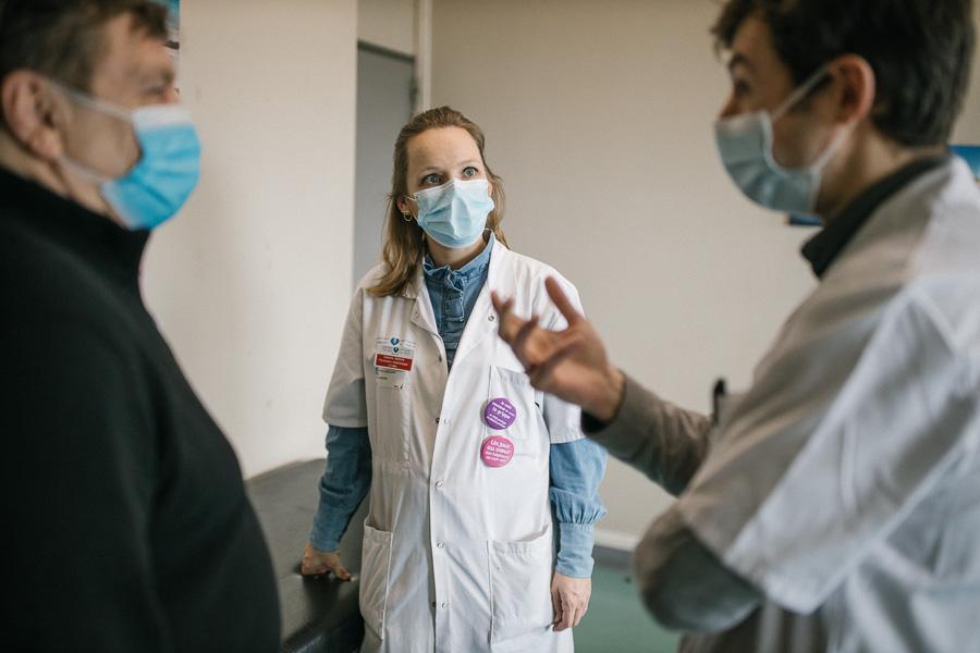 Les patients-experts sont associés à l'organisation des soins, en donnant notamment leur avis sur le contrat de sevrage conclu entre la personne dépendante et l'équipe soignante. ©Laurence Geai