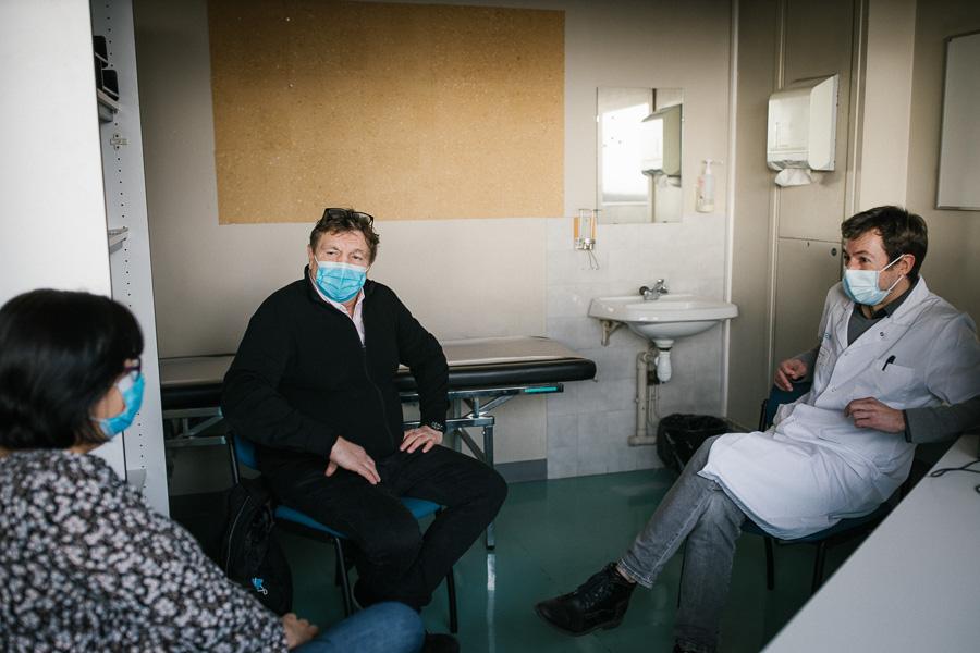 Séance de supervision entre le psychologue et les deux patients-experts.©Laurence Geai