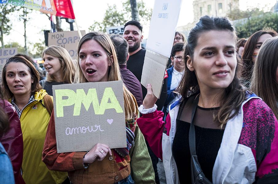 Des jeunes femmes manifestent pour réclamer l'accès à la procréation médicalement assistée (PMA)