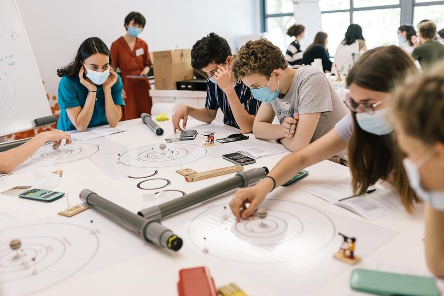 Doctorante en astrophysique, Lise Ramambason propose aux élèves d'imaginer le système jovien dans l'espace. ©Laurence Geai
