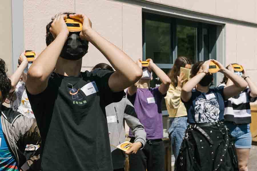 Mathias, à gauche, observe l'éclipse solaire avec sa classe de 3e. ©Laurence Geai